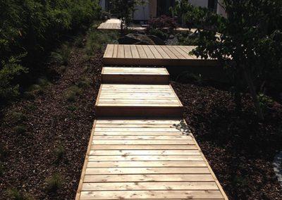 Angelegter Weg aus Holzdielen