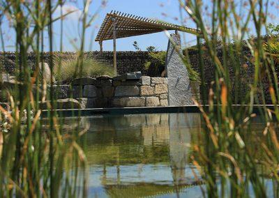 Schwimmteich mit Sonnenschutz