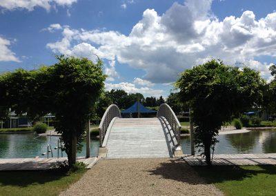 Großer Schwimmteich mit Brücke