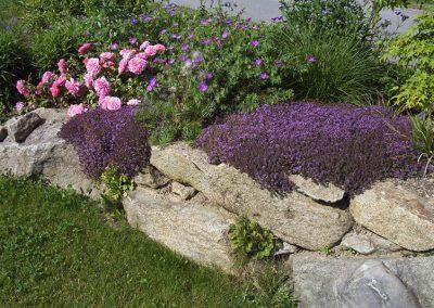 Beet mit Abgrenzung aus Steinen