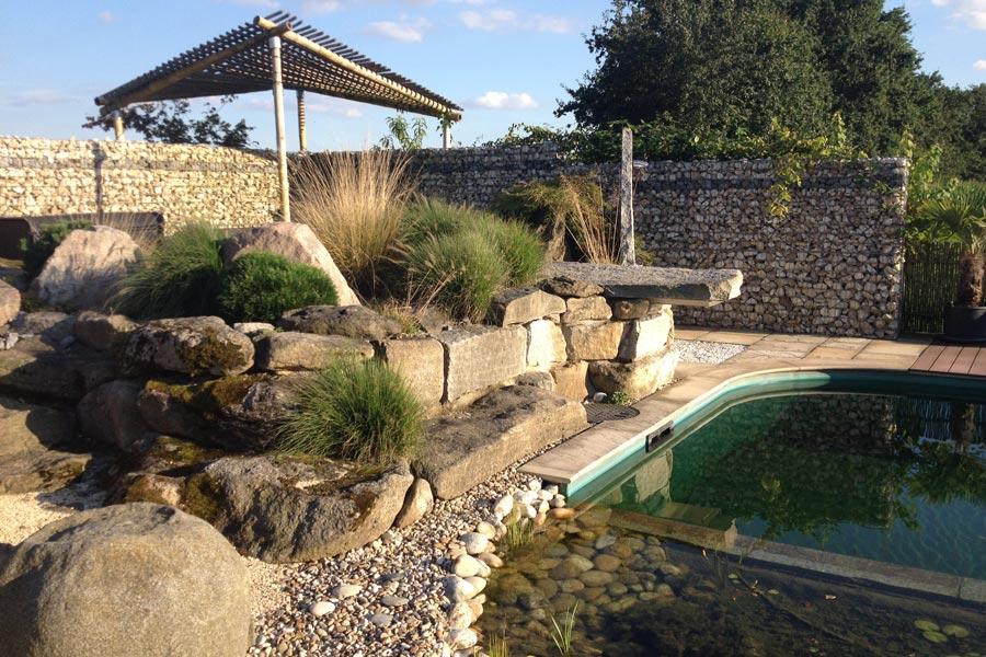 Garten mit Felsen und Teich