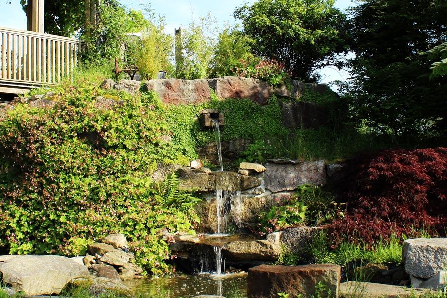 Kleiner Wasserfall im Garten